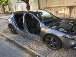 Mercedes desmantelado na rua durante a noite