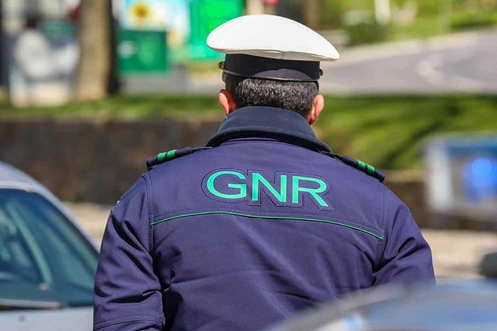 Guarda Nacional Republicana na patrulha no parque de estacionamento