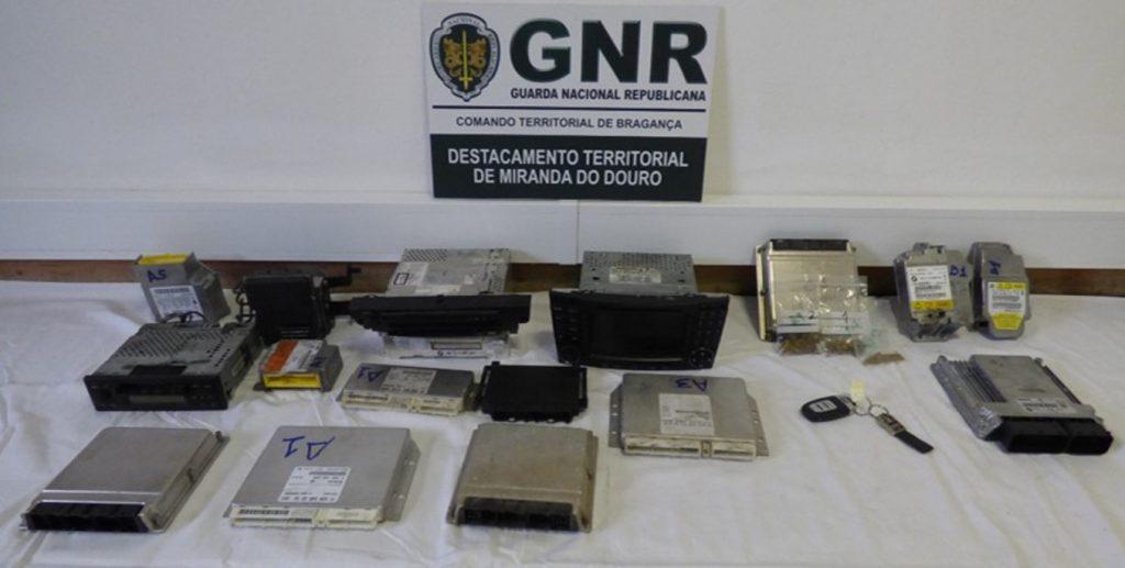 Quarto carros furtados, recuperados pela GNR em oficina de desmantelamento em Lourosa