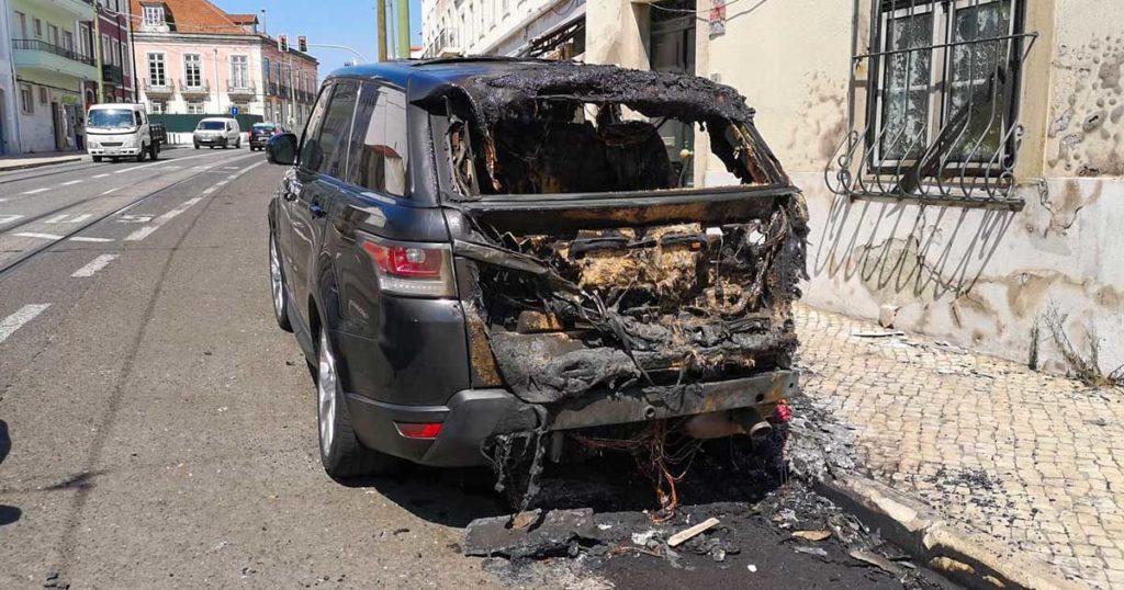Range Rover Incendiado em Alcântara - Imagem de Vitor Duarte