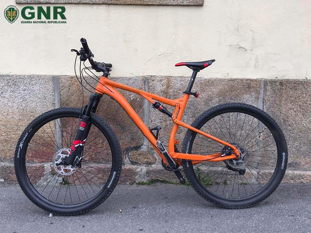 Bicicleta furtada em Vila Nova de Famalicão, pintada de laranja pelo autor do furto