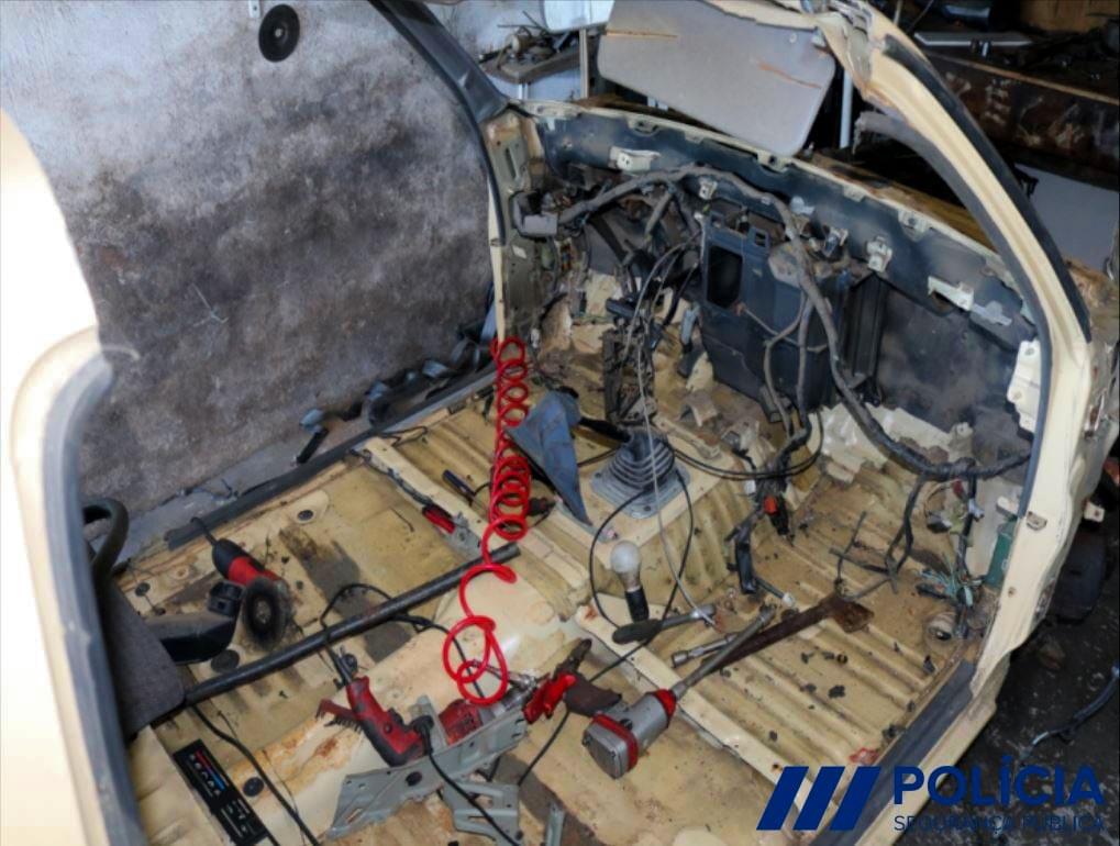Toyota Hilux furtada com interior desmantelado
