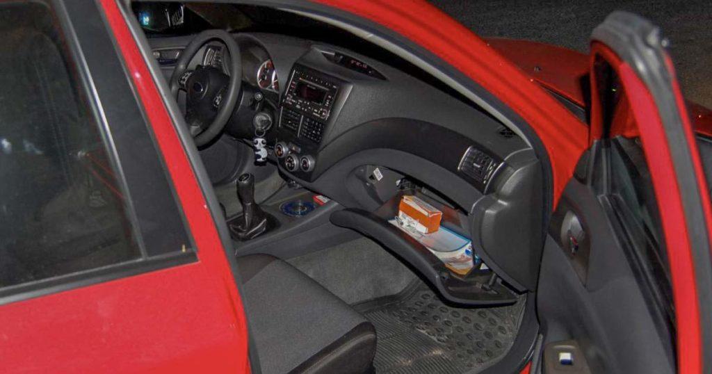 Carro com porta aberta