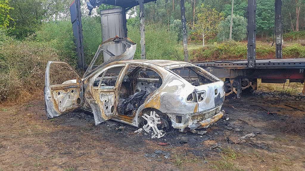Seat Leon Cinzento, incendiado ao lado de um atrelado