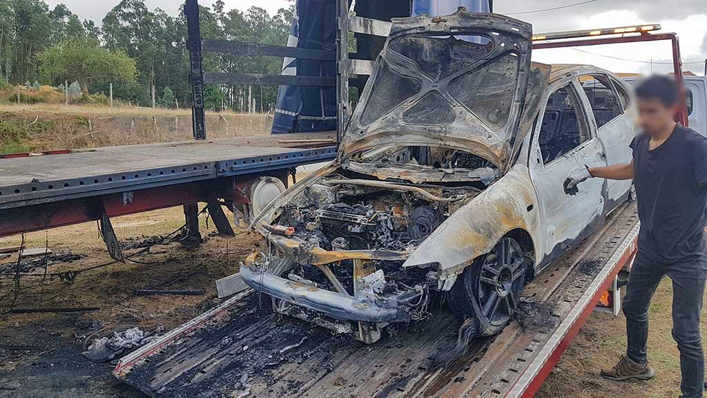 Seat Leon Cinzento, incendiado, a ser carregado em reboque