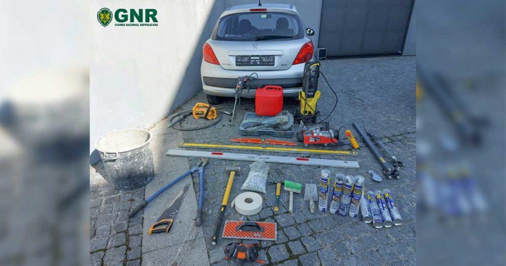 Peugeot 207 cinzento e material de construção, furtados, recuperados pela GNR em Fafe