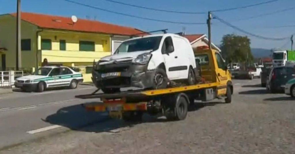 Carrinha furtada, destruida por embate em fuga à GNR
